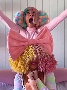 De casa, Sia faz apresentação criativa em programa de TV