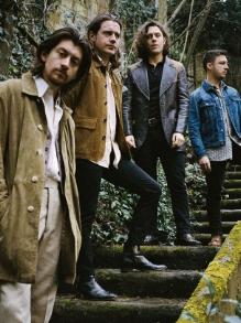 Arctic Monkeys lança disco ao vivo para ajudar crianças vítimas de guerra