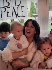 Alanis faz cover de Happy Xmas (War Is Over) e lança clipe lindo