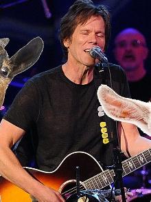 Ator Kevin Bacon faz cover de música do Radiohead e mais. Confira