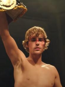 Justin Bieber vive um lutador e novo clipe. Assista aqui
