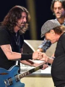 Foo Fighters se apresenta em evento e canta 'Back in Black', do AC/DC