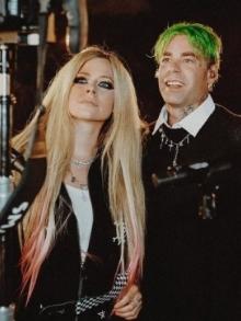 Avril Lavigne canta com Mod Sun, seu namorado, em programa de TV