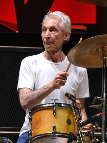 Morre Charlie Watts. Amigos do Rolling Stones fazem homenagem