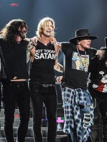 Guns N' Roses convida Dave Grohl para show e tem som cortado. Confira